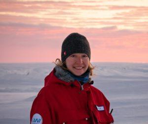 Portrait Linda Ort im Dämmerlicht auf dem Eis